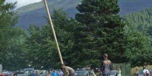 Rannoch Highland Gathering - Tossing the caber
